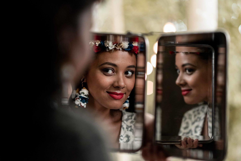 Portrait mariée à travers un mirroir